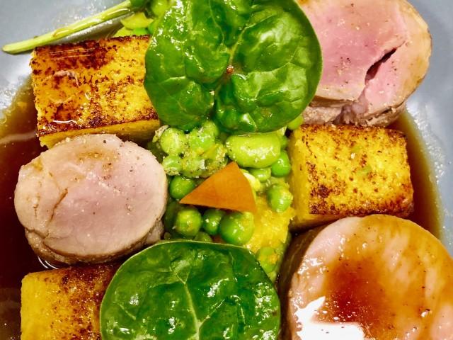 COPAINS COPINES SUR LA COLLINE Filet-mignon de cochon servi rosé, mousseline de petits pois à l'estragon, polenta grillée aux agrumes, jus à la cardamome noire
