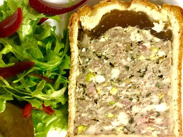 COPAINS COPINES SUR LA COLLINE Le Pâté-Croûte maison du Chef, roquette et pickles d'oignon rouge