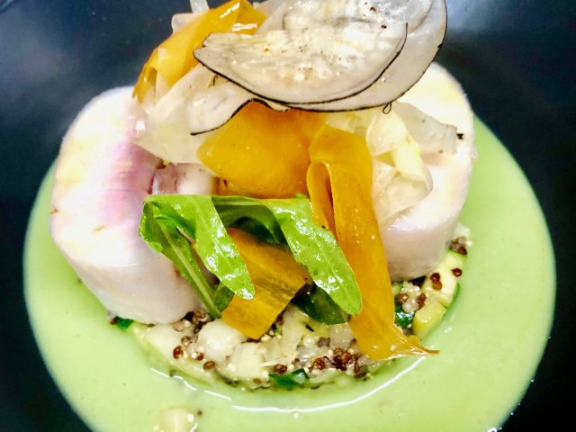 COPAINS COPINES SUR LA COLLINE Médaillons d'esturgeon en vapeur douce, duo de quinoa, légumes croquants, coulis fenouil-verveine